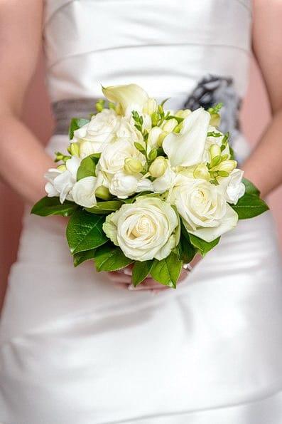 Armstrauß, Biedermeierstrauß, Brautjungfer, Brautkleid, Brautstrauß, Brautsträuße, Brautstraußwerfen, Bridal Bouquet, Hochzeit, Hochzeiten, Hochzeitsbilder, Hochzeitsfotograf, Hochzeitsfotos, Hochzeitsreportage, Kugelstrauß, profesionelle Hochzeitsbilder, professioneller Hochzeitsfotograf, Retro, Romantisch, Satinband, Satinbänder, Schleppe, Trend, Tropfenstrauß, USA, Verträumt, Vintage, Wasserfallstrauß, Waterfallbouquet, Wedding, Wurfstrauß, Zepterstrauß, Zweitstrauß (27)